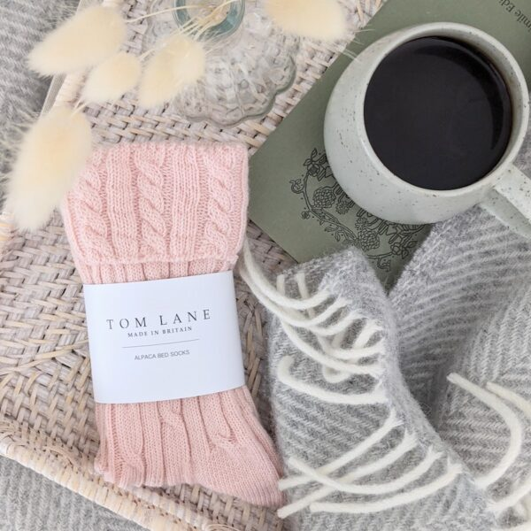 Cable knit alpaca bed socks – pink