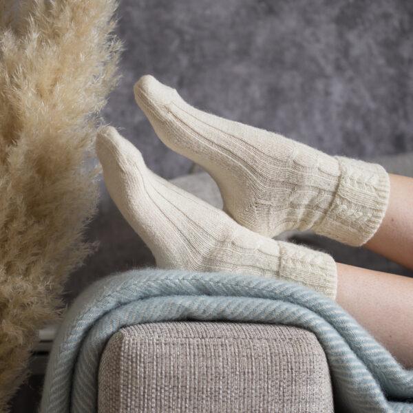 Cable knit alpaca bed socks – Cream