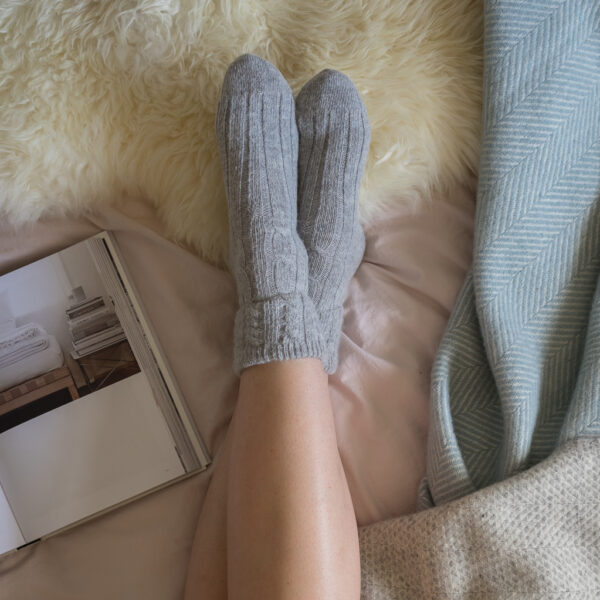 Cable knit alpaca bed socks – Grey
